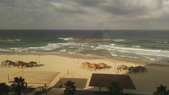Dan Tel Aviv Hotel: Splendida vista dalle camere executive e sala ristorante ben servita e con molta varietà di cibo