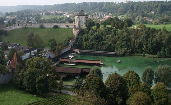 Burghausen, Deutschland: Wöhrsee, Schwimmbad und Mauer