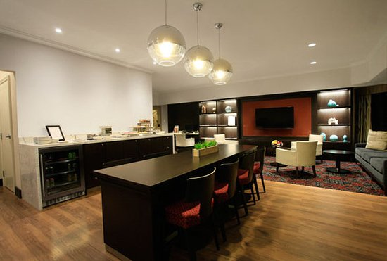 Delta Hotels by Marriott London Armouries: Signature Club Lounge Night