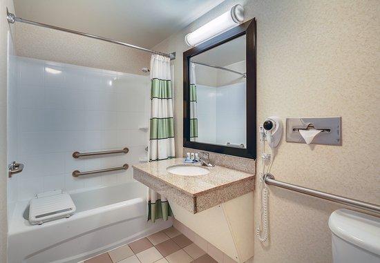 Jacksonville Beach, فلوريدا: Accessible Bathroom