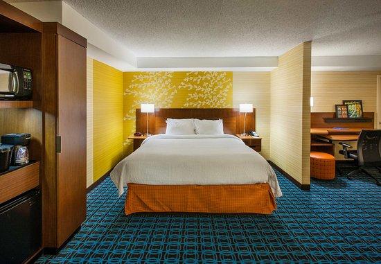 East Rutherford, NJ: King Suite – Sleeping Area