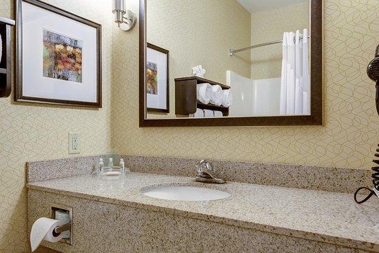 Poplar Bluff, MO: Standard Guest Bathroom