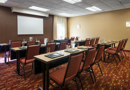 Fountain Valley, CA: Meeting Room – Classroom Setup