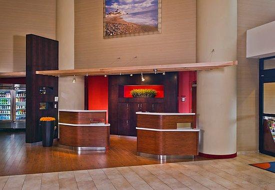 Courtyard Long Island MacArthur Airport : Welcome Pedestals