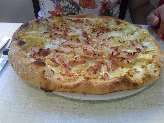 Dol-de-Bretagne, France : Hummm ! La bonne pizza que voilà !