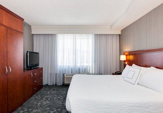 Malvern, Pensylwania: King Suite - Sleeping Area