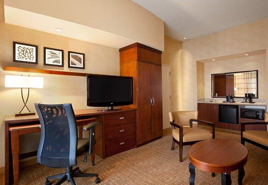 Junction City, KS: Suite Living Room