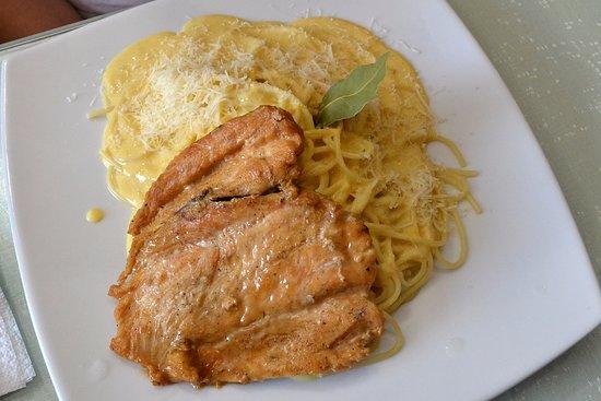 Trebol Cafe & Restaurant: tallarines a la huancaina con pollo