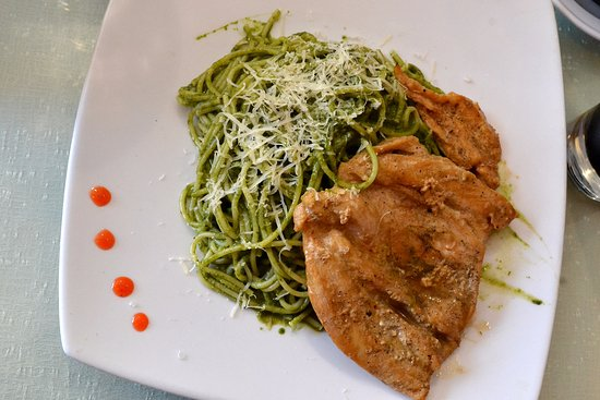Trebol Cafe & Restaurant: tallarines al pesto con pollo