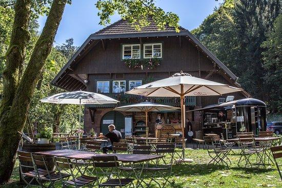 Neuenbuerg, เยอรมนี: Blick vom Biergarten auf das Schwarzwaldhaus