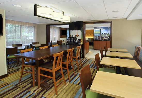 Fairfield Inn Portland Maine Mall: Breakfast - Dining Area
