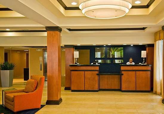 Fairfield Inn & Suites Hartford Airport: Front Desk