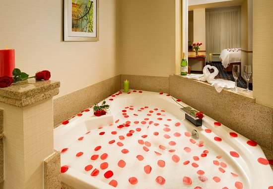 Marshall, TX: King Whirlpool Suite with Sofabed – Whirlpool Tub