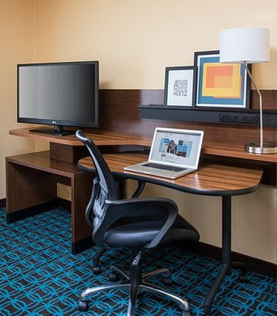 Peru, IL: Guest Room Work Space