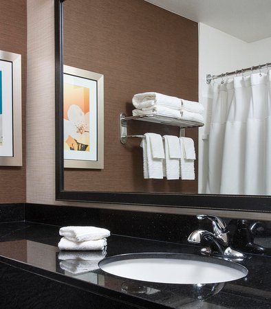 Peru, IL: Suite Bathroom