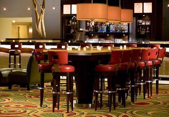 Uniondale, نيويورك: Skylight Lounge Communal Table