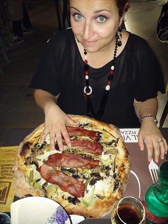 Nicolosi, Italy: La pizza esce fuori dal piatto per la metà!