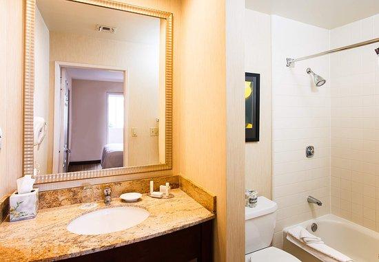 La Mirada, كاليفورنيا: Suite Bathroom