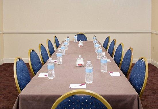 White Plains, Нью-Йорк: Meeting Room – Boardroom Setup