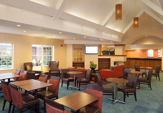 Residence Inn Asheville Biltmore: Breakfast & Lounge