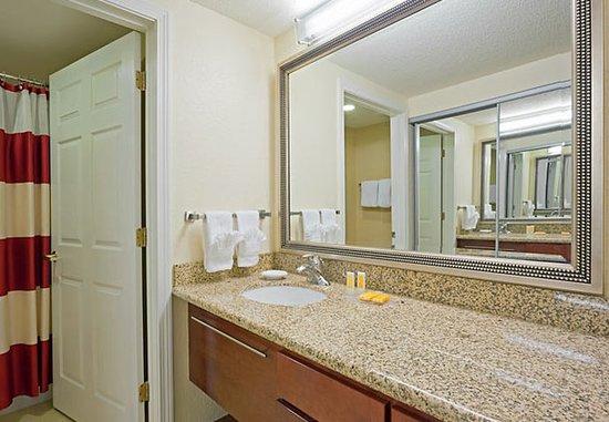 Dedham, MA: Suite Bathroom