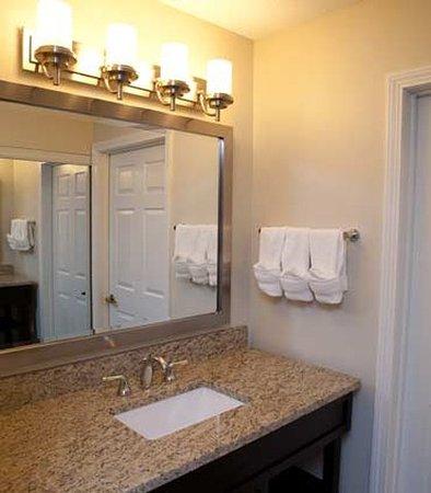 Foxboro, MA: Suite Bathroom