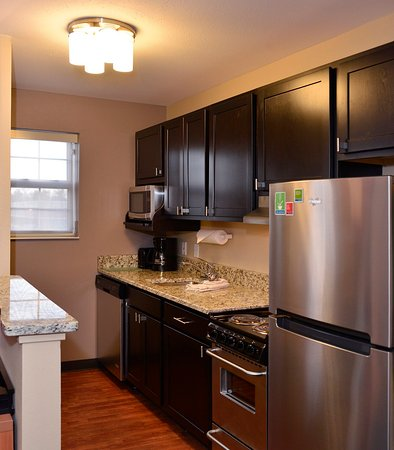 East Lansing, Мичиган: Two Bedroom Suite - Kitchen