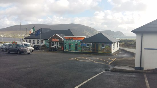 Achill Island, Irlanda: Front view of Achill Experience with Sea and Cliffs in the background