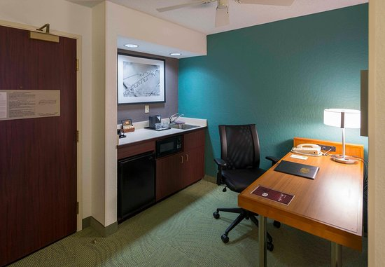 Bolingbrook, IL: Studio Suite Desk & Kitchenette