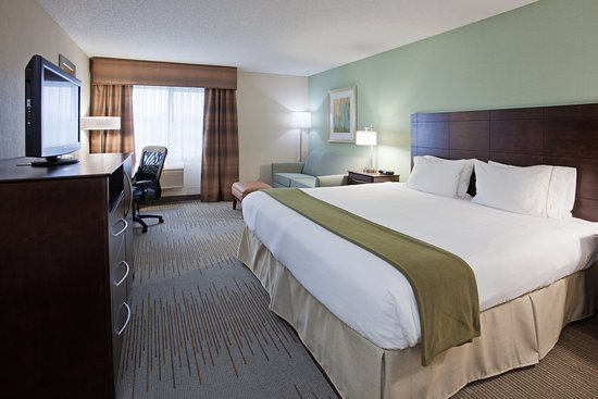 Holiday Inn Express Vadnais Heights: Spacious King Guestroom with Full Size Sofa Sleeper