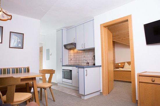Altenmarkt im Pongau, Austria: Küche, Essstisch mit Blick ins Schlafzimmer