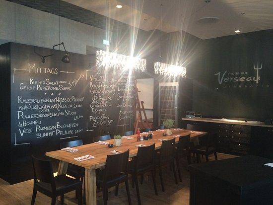 Brasserie Monsieur Verseau Gemtlich Zu 10t An Einem Tisch Sitzen