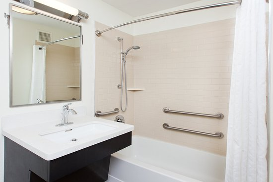 Candlewood Suites Dallas-By the Galleria: Accessible shower