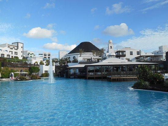 Hotel THe Volcan Lanzarote: En av poolerna med restaurangen i bakgrunden.