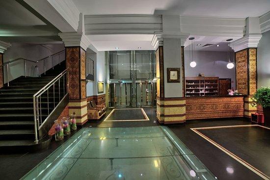 Hotel Monopol: Front desk
