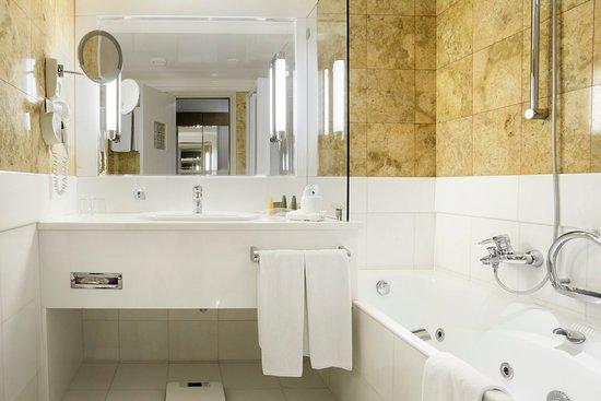 Paiania, Greece: Guest Bathroom