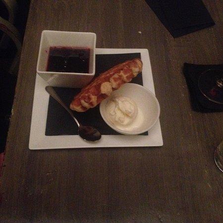 Kaas nagerecht en belgische wafel met amarena kersen met vanillesaus