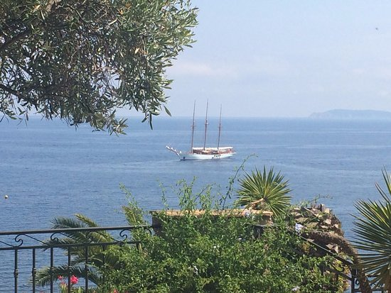 Ла-Райоль-Канадель, Франция: A visit from a long travelling schooner. Our terrace offers many beautiful visions.