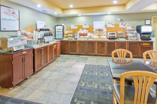 Holiday Inn Express Hotel & Suites Courtenay Comox Valley SW: Breakfast Bar