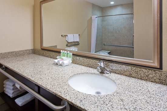 Courtenay, Canada: ADA/Handicapped accessible Guest Bathroom vanity