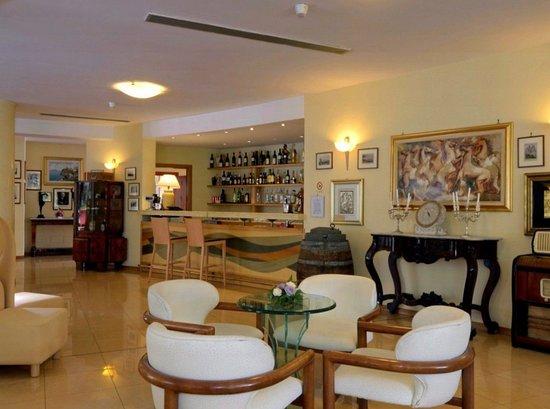 Grand Hotel Moon Valley: Bar