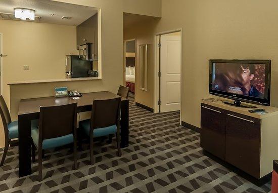 DeSoto, تكساس: Two-Bedroom Suite - Living Area