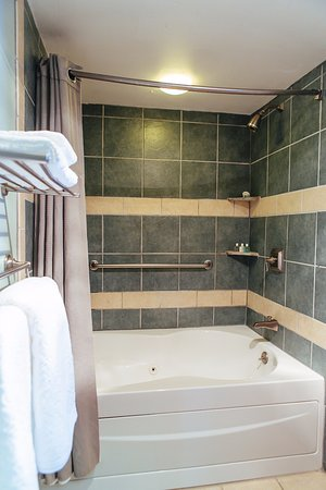 Newport Bay Club & Hotel: Bathroom in the two bedroom suite