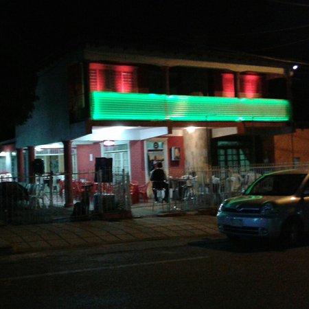 Fachada Nocturna del Restaurante El Edén en el centro mismo de Piribebuy
