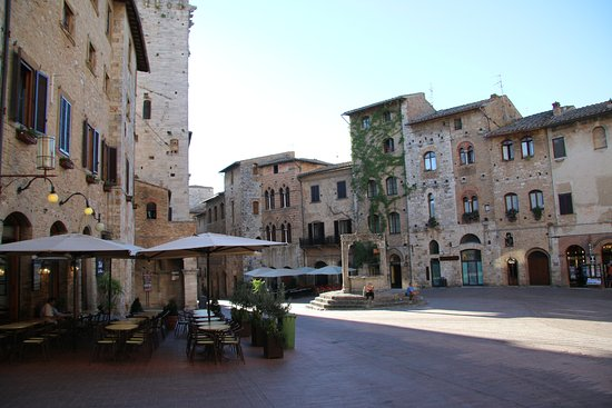 San Gimignano 1300: The main square at 07:00