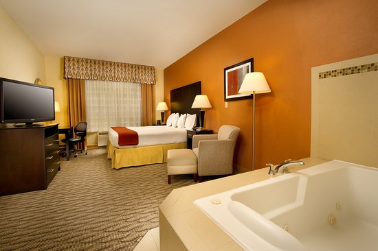 Holiday Inn Express & Suites Manassas: Spacious Jacuzzi Queen Bed Suite