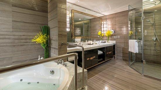 Meishan, China: Suite bathroom