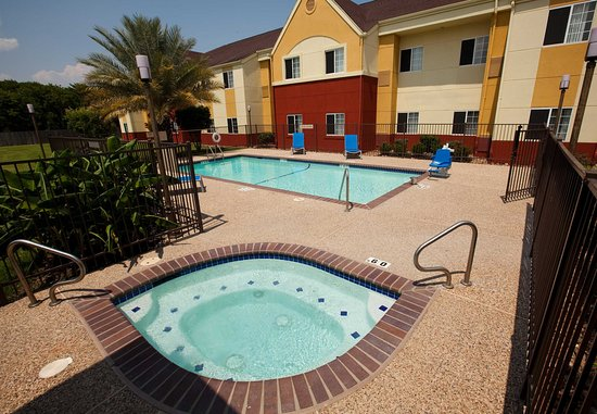 Clute, TX: Outdoor Pool & Hot Tub