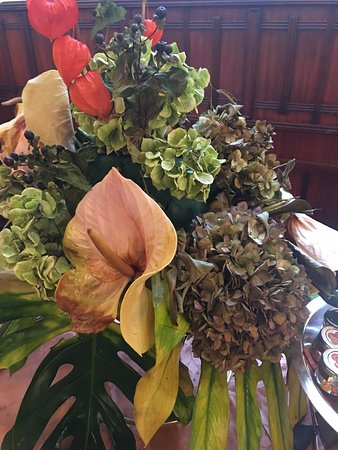 Grand Hotel Piazza Borsa: Sad dead flowers at breakfast