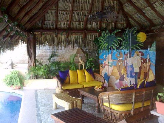 Villa Guadalupe Hotel: Sala de estar dentro de la Palapa principal